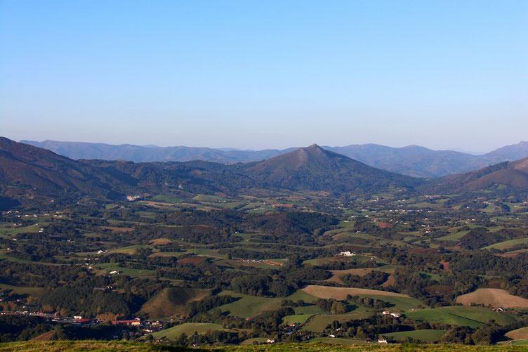 L'Ibantelli (698m), que nous avons fait il y a trois jours. Avec à sa gauche le Col de Lizarrieta.
