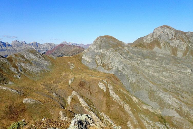 A l'Ouest, le Cuyalaret (au centre) et le Pic d'Anéou (à droite).
