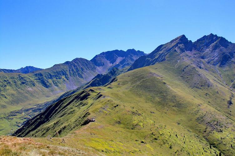 Vers la Cabane de Bachebirou avec au loin le Pic de Letious.