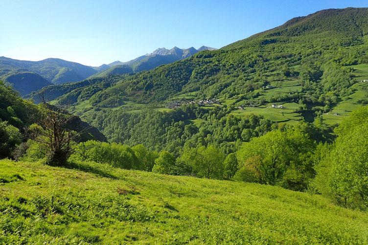 Vue sur le petit village de Larrau.
