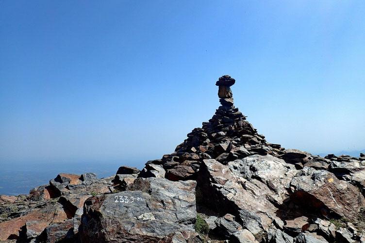 Le cairn sommital. Avec l'altitude. Pratique pour bien caler l'altimètre.