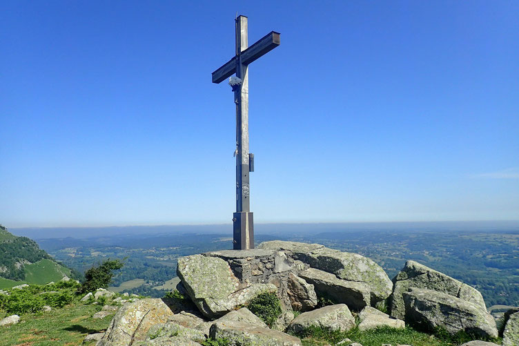 une énorme croix. On est pratiquement juste au dessus de la grotte (de Lourdes).