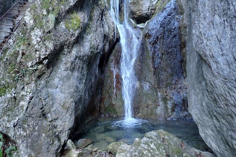Belle petite cascade. Avec une eau limpide mais qui doit être extrêmement fraîche...
