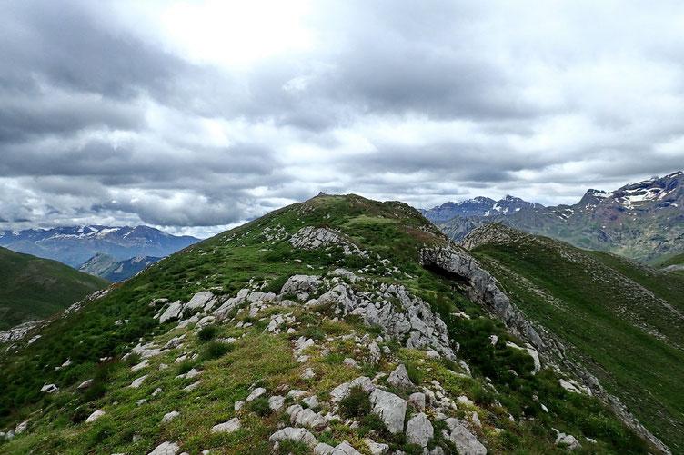 Après être un petit pau descendu sur la crête, vue sur le Pic d'Estrémère.