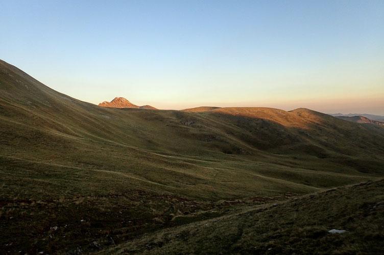 Après seulement quelques mètres, le Pic d'Orhy se dévoile, éclairé par les premiers rayons de soleil.