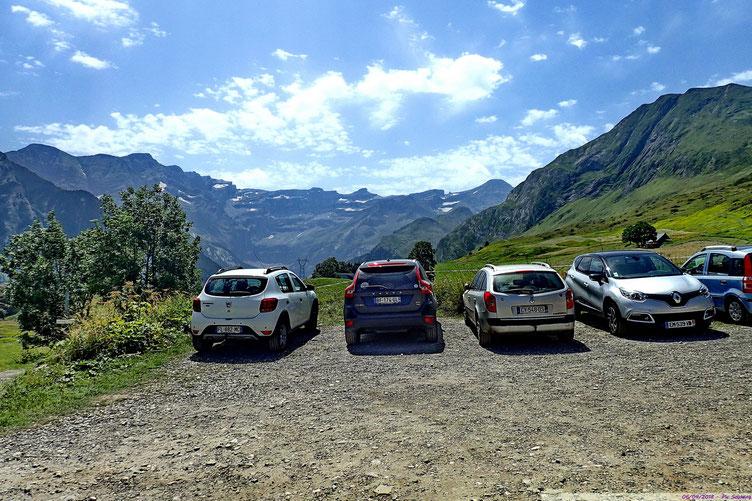 Toujours beucoup de monde, mais la très grand majorité des randonneurs (touristes) circule sur le GR10.