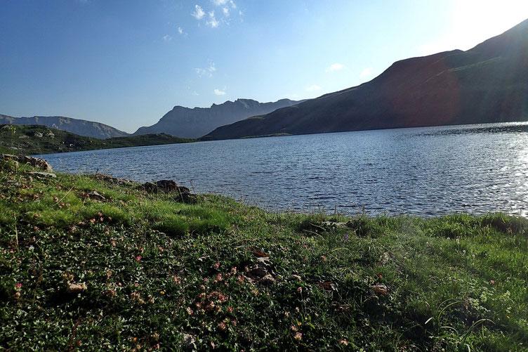 Me voici enfin au bord du lac. Il est 19h30.
