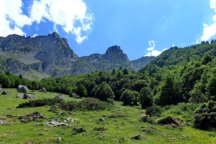 Au centre le Pic Pourtet Ouvert et à gauche, le Pic Lariste (2168m).