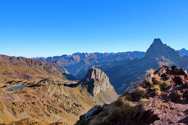 Panorama vers le  Nord,  avec à gauche le Lac Bersau, au centre le Pic Castérau, et à doite l'Ossau.