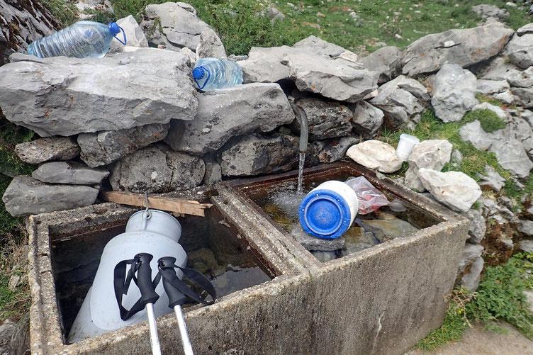 Ravitaillement en eau (très fraiche) à la cabane.