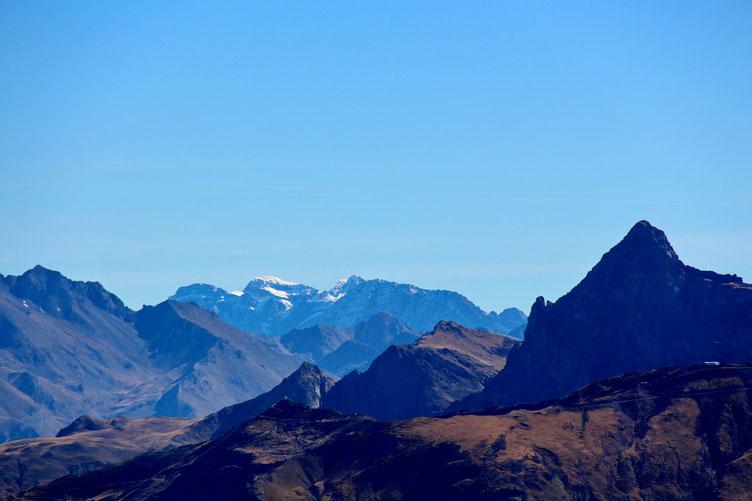 Vers les Hautes-Pyrénées, les sommets sont enneigés.