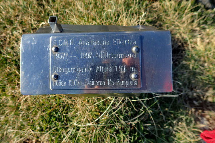 Altitude française 1923m. Altitude espagnole 1916m. Mais une autre plaque en donne une autre, mon GPS aussi.