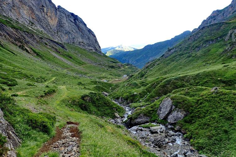 J'ai laissé le sentier qui monte au Lac d'Anglas, et me dirige vers le fond du vallon... Derrière moi, la Cabane de Coste Goua.