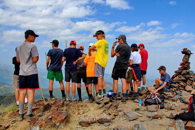 Les jeunes sont montés. Ils sont briefés surla géographie, l'orientation, les vautours...