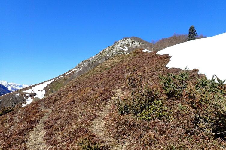 La sente qui mène au Soum d'Andorre est toujours à la limite de la neige.