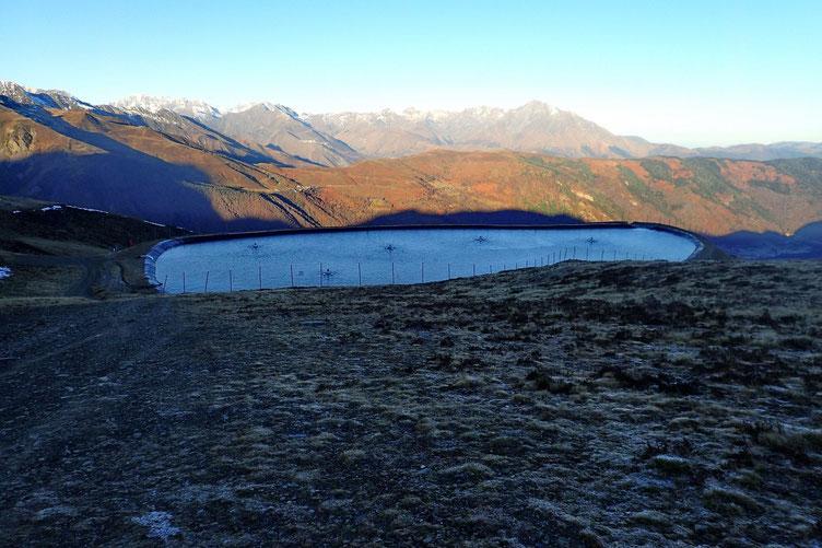 Un réservoir d'eau pour la station de ski.