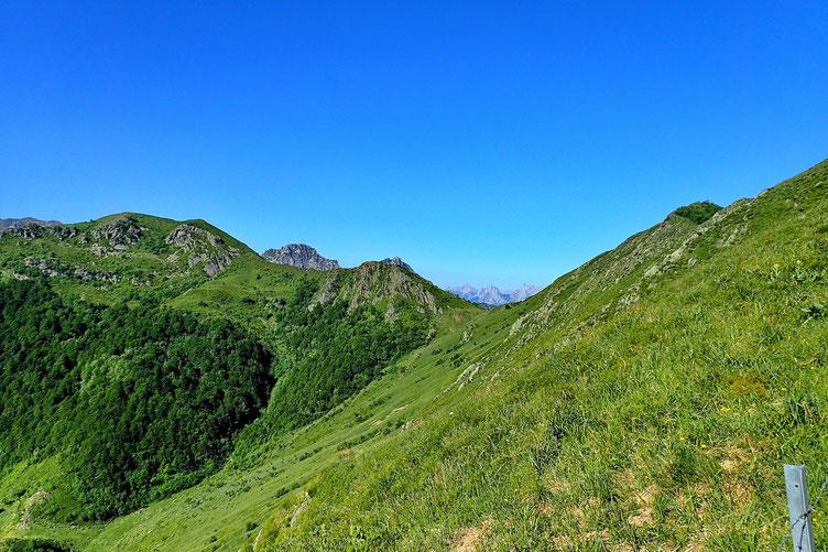 Les trois sommets au programme de la journée : le Bareilles (à droite), le Pic de la Sentinelle (au centre) et le Saigues (à gauche).