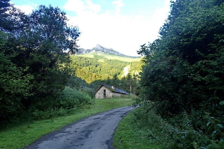 La cabane avec le Lauriole au fond.