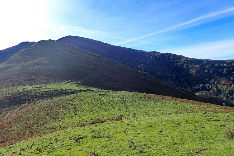 Le prochain sommet est le Rocher de la Boup. Au fond, le Soum de Trézères.