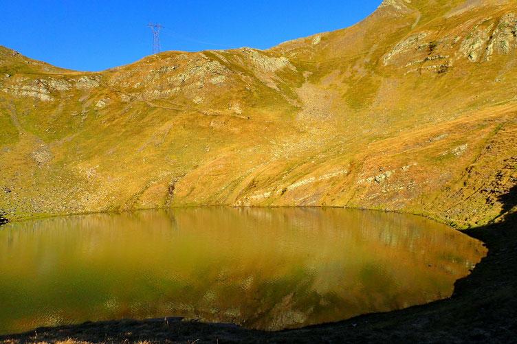 Le Lac des Espécières, et deux randonneurs sur le chemin d'accès au col éponyme.