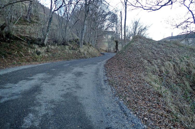 Petite partie goudronnée du chemin de la Reine Hortense.