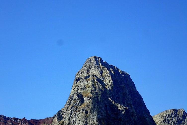 Avec vue sur le Pic d'Anayet... et ses randonneurs qui défilent à son sommet.