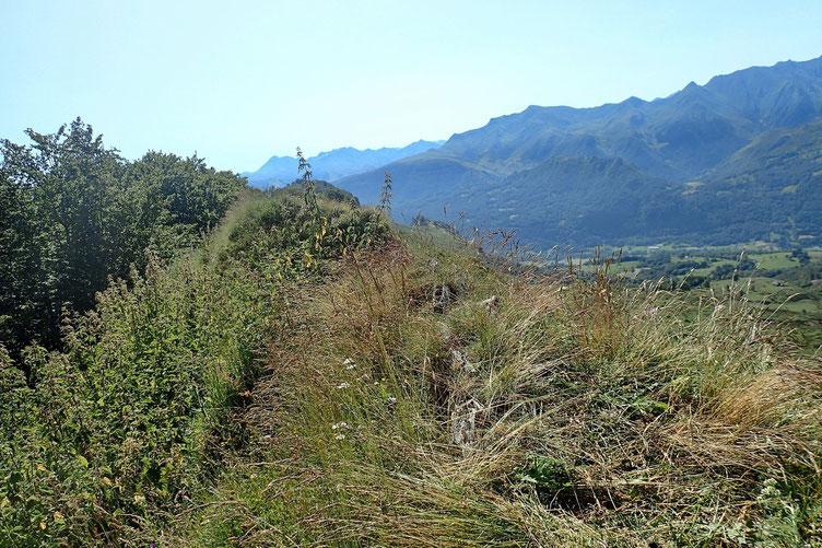 Le sommet est sur une crête assez étroite, pas de cairn ni de matérialisation quelconque.