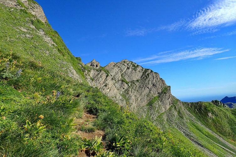 De l'autre côté, c'est le Pic du Montagnon d'Iseye (2176 m).