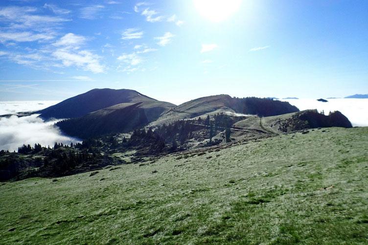 A ma gauche, vers l'Est, le Mont Mérac (1736m).