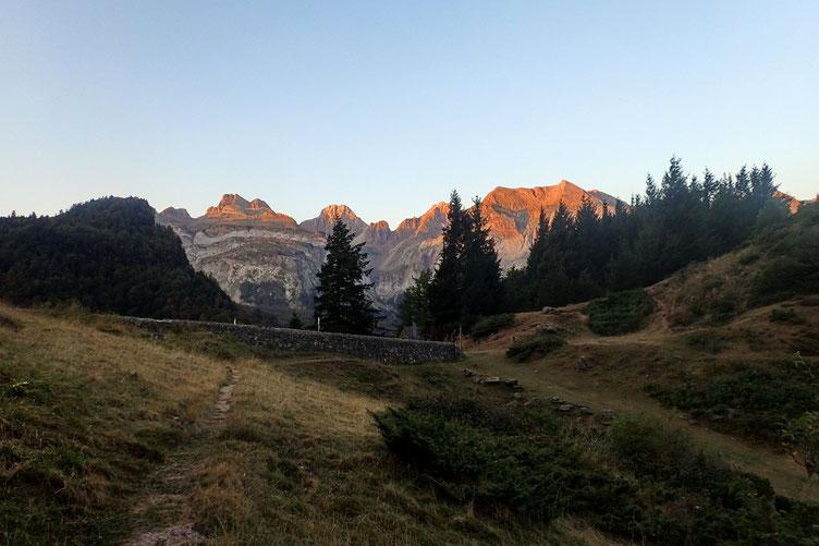 Lever de soleil sur les sommets dont le Pic d'Aspe (légèrement à gauche).