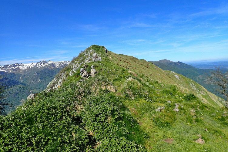 A ma gauche, un sommet sans nom mais intéressant puisqu'il possède une jolie vue sur l'entrée de la Vallée d'Ossau.
