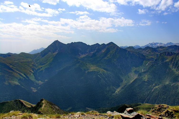 En face, le Pic du Midi de Bigorre.