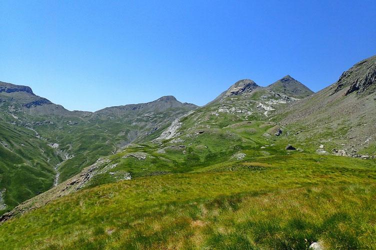 Vers le Pic Crabère. Avec à gauche un sommet sans nom, et un peu plus loin, le Pic de la Bernatoire.