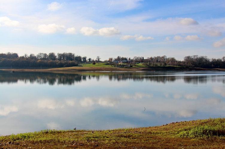 La base de loisirs et le centre nautique. La surface du lac est un véritable miroir. Aucun souffle d'air.