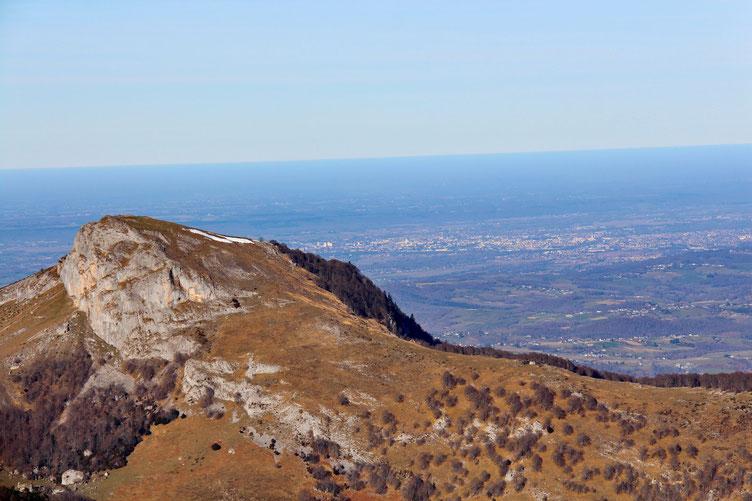 Zoom sur le Casque du Lhéris avec en fond Tarbes.