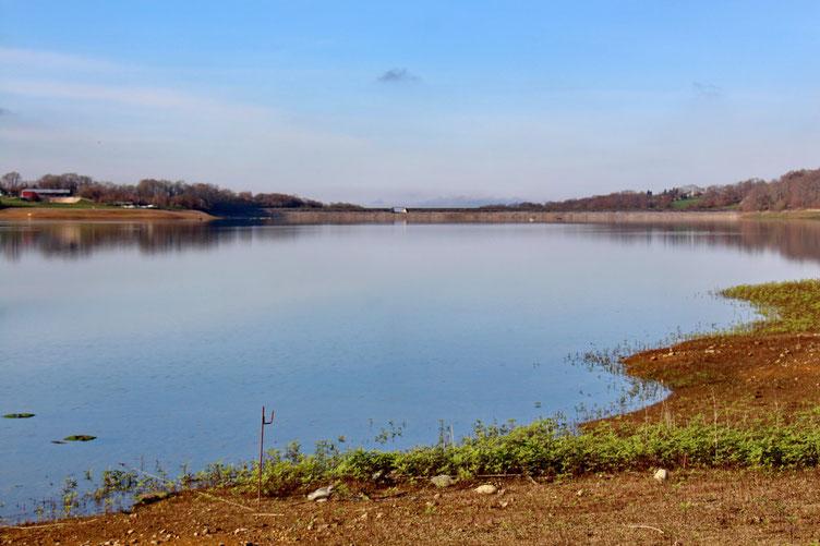 L'extrémiité Ouest du lac avec le barrage.