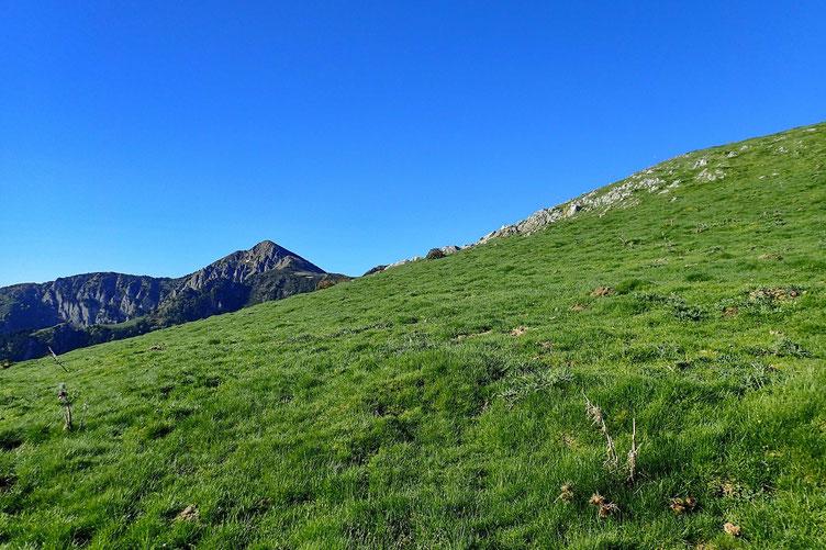 En face de moi, le Pic de l'Areng (ou Montagne d'Areng) culmine à 2079m. Mais pour y aller, ce n'est pas direct...