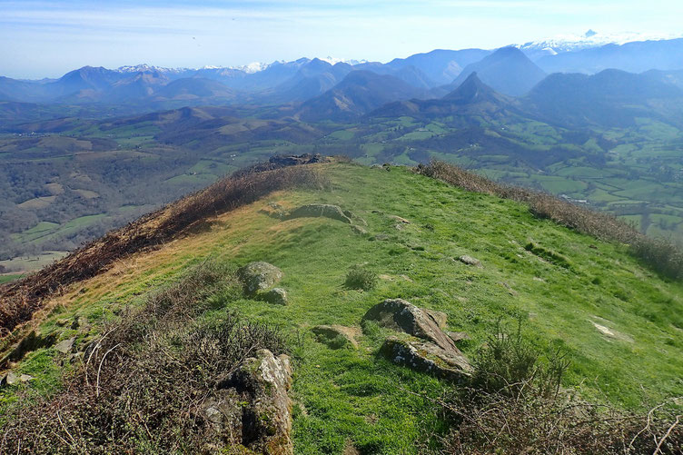 Après une bonne heure de repos, descente par le versant Est.
