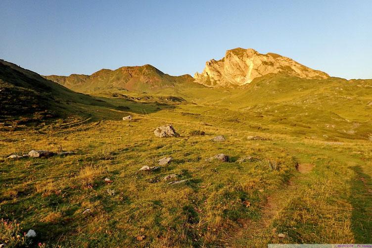 AU centre, le Col de Pourteillou, et à gauche le Soum Braqué. A droite, mais c'est plus compliqué, le Soum Blanc de Secugnat.