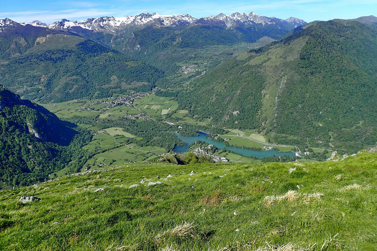 En bas, le Lac de Castet.