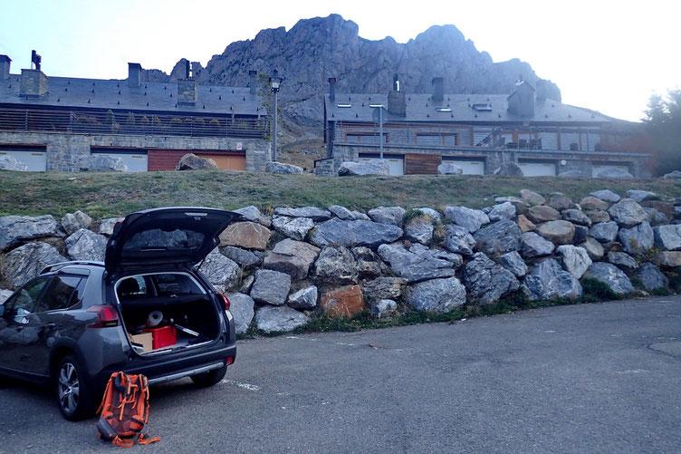 Parking de l'hôtel Alto Aragon à Formigal. Au fond, l'objectif du jour, la Peña Foratata Occidental.