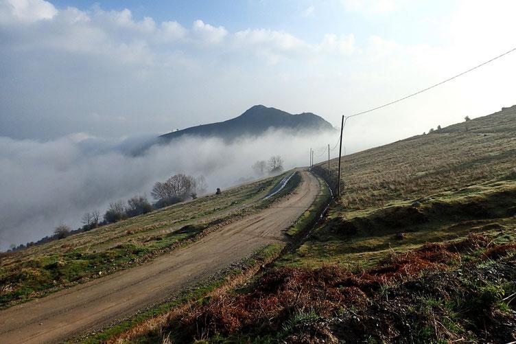 Première montée par une piste. Les nuages continuent de monter...