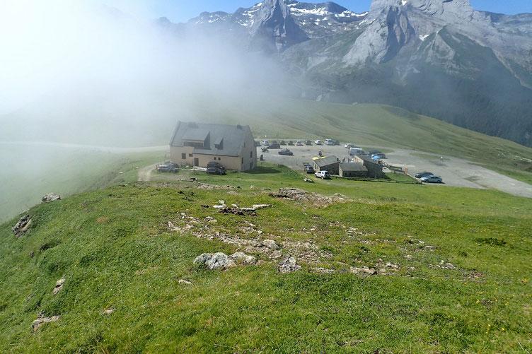 Retour au Col de L'Aubisque. Il est à peine 11h30, j'ai le temps d'aller en reconnaissance jusqu'au Col d'Arbaze.