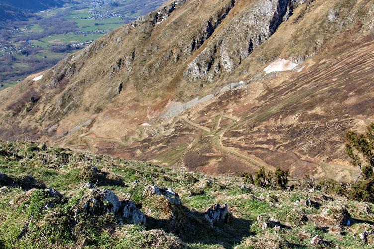 La piste qui monte en lacet vers le Col de Liar.