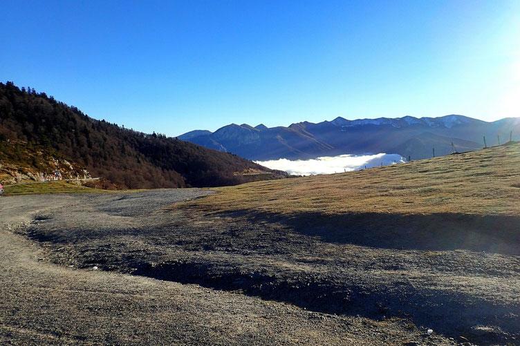 Vers l'Est, la Vallée d'Aure et la mer de nuages.