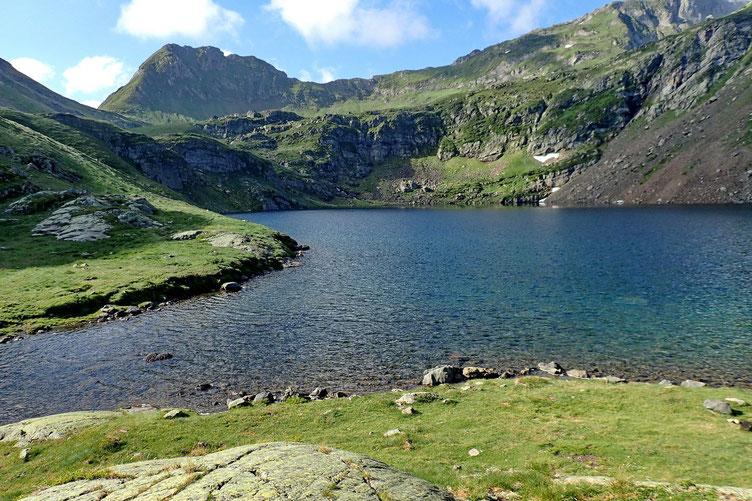 Le Lac d'Uzious (2118m) avec en face les Pènes d'Arrucours (2384m).