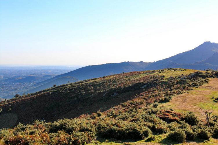 La Rhune avec à sa gauche le Plateau Ihizelai.