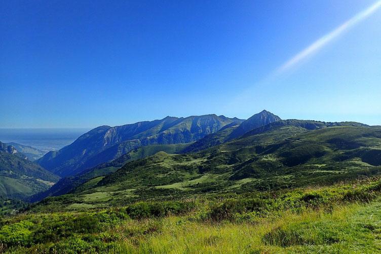 En face, le Pic d'Estibète, surplombant la Vallée de l'Ouzom (ou Ouzoum).