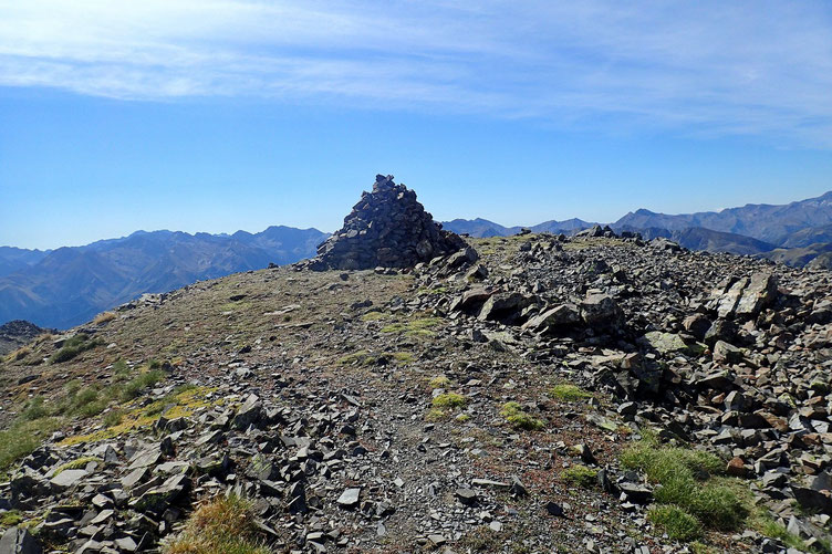 Après un petit casse-croute, avec les deux autres randonneurs, nous décidons de redescendre ensemble par le pierrier central (chemin que j'ai emprunté à la montée).