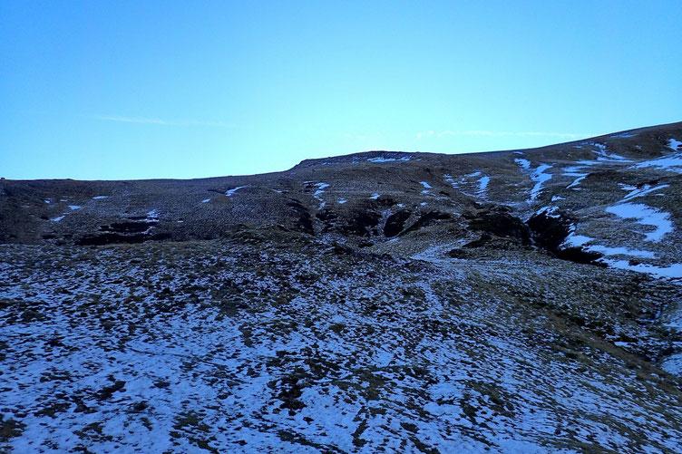 Après avoir contourné les barres rocheuses, montée vers la Pointe de Surgatte. Vers 1600 et à l'ombre, l'itinéraire est recouvert d'une très fine couche de neige de 2 ou 3 jours.
